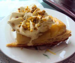 Яблочный пирог из слоеного теста с мороженным