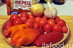 Рецепт лечо из помидор и перца:Приготовим все компоненты домашнего лечо. Промоем помидоры и удалим из них плодоножки, промоем красные сладкие перцы и, разрезая их вдоль, удалим семена и плодоножки. Промоем и почистим лук, разберем головку чеснока на зубчики и почистим их.