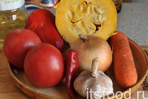 Приглашаю приготовить овощное рагу, рецепт которого идеально подходит для непосредственного употребления и в качестве заготовки на зиму. Все овощные компоненты овощного рагу необходимо промыть в проточной воде. Кабачок нужно почистить от кожицы и убрать из него внутренности. Морковь, лук и чеснок также промываем и очищаем.