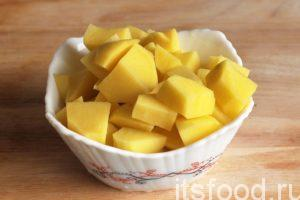 Нарежем очищенный картофель на кубики среднего размера и поместим его в кастрюлю с кипящей водой (2 литра). Вслед за картофелем, через 4-5 минут, добавим в кастрюлю квашенную капусту. При такой закладке картофель никогда не задубеет от кислой капусты.