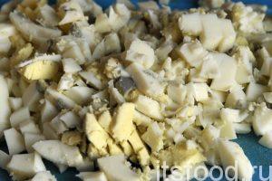 Главное фишка в приготовлении окрошки – это набраться терпения и более-менее равномерно покрошить все продукты. Все делается кухонным острым ножом. Возможно ли применение современных терок и блендеров? Видимо, да. Но с их помощью лучше готовить овощную икру. Чистим куриные яйца и крошим их на кусочки среднего размера. Есть виртуозы в этом деле, их кубики из продуктов могут иметь размер 4х4х4 мм без единого отклонения. Я так не умею. Крошим яйца и заряжаем их в большой салатник, емкостью не менее 2.5 литров.