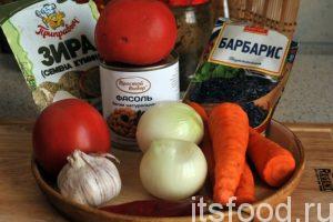Приготовим основные компоненты вкусного плова. Морковь и лук нужно почистить и промыть. Чеснок разобрать на зубчики, помидоры промыть.