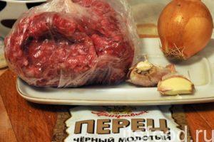 Мясной фарш нужно соединить с луком, чесноком, молотым перцем и солью.