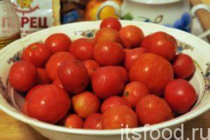 Удаляем плодоножки и промываем помидоры. Отбраковываем пораженные плоды.