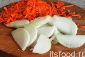 Рагу из овощей лучше всего готовить в глубокой сковороде или сотейнике. Наливаем в сотейник растительное масло и ставим его на малый огонь. Нарежем очищенный лук на полукольца, а морковь можно натереть на крупной терке соломкой. Эту нарезку помещаем в горячее растительное масло и начинаем тушить на слабом огне.