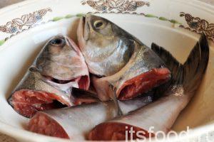 Вернемся к рыбе, отрежем полоски брюшины, головы и хвостовые части. Это отличная заготовка для ухи или рыбного супа.