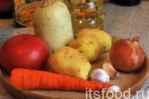 Приготовим овощные компоненты. Промоем и почистим картофель, морковь и лук. Снимем кожицу с кабачка и выберем внутренности с семенами.