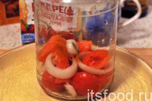 Промоем и стерилизуем банку емкостью 1 литр. Начинаем выкладывать слоями компоненты овощного лечо. Слой томатов чередуем со слоями сладких перцев и слоями колец лука. Не забываем про чеснок, молотый черный и красный жгучий перец.