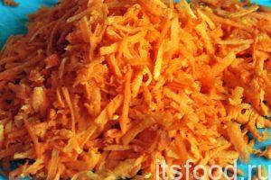 Нарежем мелкой соломкой или натрем очищенную морковь на соответствующей терке.