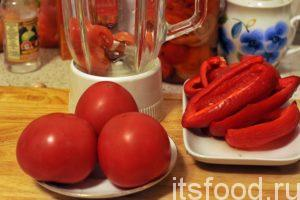 Промытые помидоры нужно нарезать на дольки. Основание плодоножки и все проблемные места лучше убрать. Почищенные перцы нужно нарезать на небольшие куски. Привлекаем к измельчению сырья для аджики с петрушкой и наполняем его кусочками помидоров и перцев.