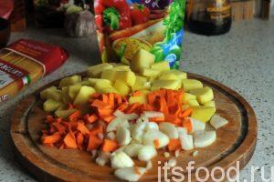Начинаем эпопею по нарезке всех компонентов куриного супа с вермишелью. Картофель режем на небольшие кубики, а лук и морковь на мелкие дольки. В данном рецепте мы не будем делать заправку, и обжаривать лук с морковью. Поместим всю нашу нарезку в кастрюлю с куриным супом. Варим суп на слабом огне до полной готовности картофеля и моркови. На это уйдет 15- 20 минут. Добавляем сухую овощную приправу, немного нарезанного острого зеленого и красного перца и проверяем суп на соль. Досаливаем его, если это необходимо.