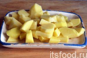 Нарежем очищенный картофель на мелкие дольки и добавим их в кастрюлю. Это важный момент. В таких кислых супах, как рассольник, всегда сначала варится картофель.
