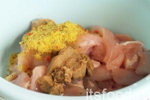 Сложим все кусочки курицы в глубокую емкость и добавим домашнюю горчицу и приправу кнорр.