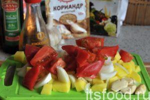 Нарежем очищенные клубни картофеля и нарежем их на небольшие кубики. Нарежем остальные овощи. Эта смесь будет нашим фаршем для тыквы.
