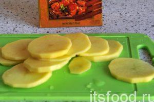 Очищенный картофель нарезаем на тонкие круги и добавляем его на сковородку.