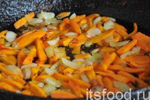 Нальем 2 столовых ложки растительного масла на другую сковородку и нагреем его на среднем огне. Закладываем нарезку лука и моркови и начинаем обжарку этих овощей. Огонь можно убавить.