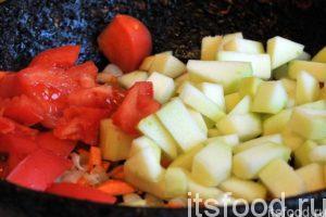 Нарежем помидор на небольшие дольки, а очищенный кабачок можно нарезать кубиками со стороной, примерно, 1 см. Поместим эти овощи в сковородку, где обжарились лук с морковью. Все перемешаем и продолжаем тушить овощи для заправки супа на малом огне.