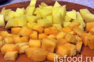 Нарежем на кубики тыкву и картофель и отправим их следом за томатом и перцем. В южных регионах Средней Азии вместо картофеля добавляется редька. Часто применяется баклажан. Добавляем в овощные компоненты крепкий бульон из баранины и тушим основу для лагмане не менее 35-40 минут на слабом огне.