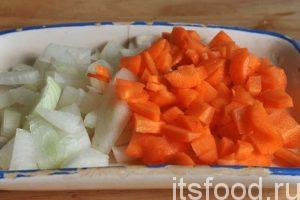 Мелко нарежем лук и морковь. На небольшой сковороде нагреем растительное масло и слегка обжарим нашу нарезку.