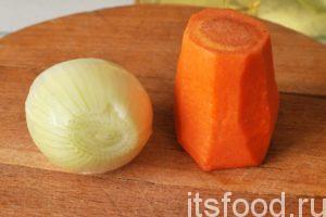 Морковь с луком – это основные компоненты для приготовления заправки в гороховые супы. Их можно и не обжаривать. Но обжарка с добавлением минимального числа копченых ингредиентов, преображает гороховый суп.