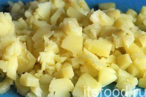Очистим остывший картофель от кожуры и мелко нарежем его. Хорошим украшением и дополнением служит в окрошке свежий редис, но в данном рецепте его нет.