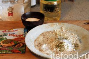 Приготовим панировочную смесь из муки, соли, хмели-сунели и остатков панировочных сухарей.