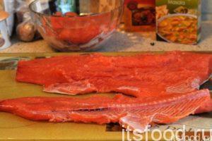 Из второго куска рыбы аккуратно вырезаем хребтовую часть вместе с ребрами. Получена еще одна запчасть, которая будет использована для варки ухи.