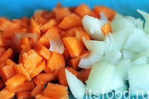 Сварить вкусный борщ с мясом без заправки практически невозможно. Нарезаем морковь с луком и обжариваем их на отдельной сковороде с растительным маслом.