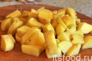 Нарежем очищенный картофель на кубики (одинаковые по размеру с нарезкой кабачка) и добавим их в кастрюлю с овощным супом. Картофель в супе варим минут 15. Он должен быть полностью готовым.
