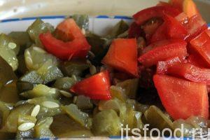 Нарежем помидор и соленый огурец на небольшие дольки и поместим нарезку в сковородку. Все перемешаем. Выделяется много сока. Тушим заправку еще 7-8 минут на малом огне.