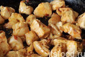 Нагреваем в сковородке с плоским дном растительное масло и выкладываем в нее кусочки курицы в горчичном маринаде. Обжариваем курицу в маринаде на малом огне со всех сторон. Постоянно переворачиваем кусочки. Добавляем немного соевого соуса. Пока жарится курица, отварим немного спагетти на гарнир.