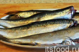Промываем каждую рыбину, потрошим ее и отрезаем головы. Для мужских компаний можно подавать и в таком виде.