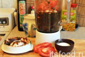 Закладываем в стакан блендера весь чеснок и оставшиеся помидоры, которые нарезаем на 4 части. Добавляем соль.