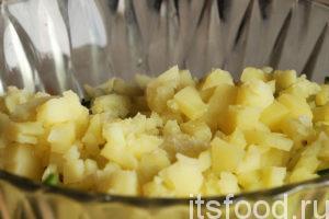 Высыпаем картофель в салатник.