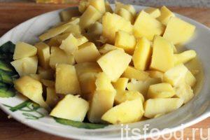Нарежем отваренный картофель кубиками размером примерно 1.5х1.5 сантиметра.