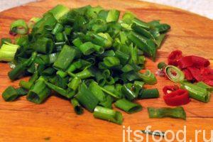 Нарежем зеленый лук и немного перца чили. Добавляем эти компоненты в сковороду с овощами. До окончания приготовления основы лагмана осталось 5 минут.