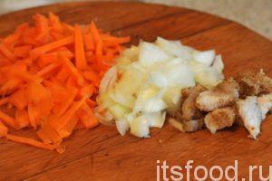 Нарежем помельче морковь с луком, добавим к ним кусочки подкопченного курдючного сала и обжарим на сковородке заправку для горохового супа на мясном бульоне.
