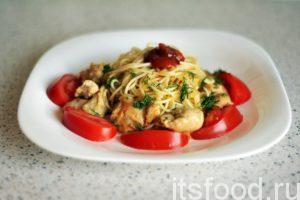 Курица с горчицей и соевым соусом готова. Снимаем сковородку с огня и начинаем раскладывать блюдо по плоским тарелкам. Сначала кладем кусочки курицы, затем наливаем немного масла из сковородки. Сверху выкладываются отваренные спагетти. Украшаем блюдо нарезкой зелени и любыми овощами, раскладывая их кусочки по периметру тарелки. Сверху добавляем кетчуп.