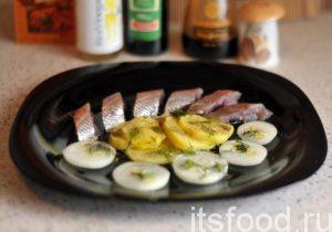 Но гораздо интереснее довести разделку до конца и наслаждаться каждым кусочком рыбы пряного посола, который полит растительным маслом. К рыбе подаем традиционный отваренный картофель и свежий репчатый лук.
