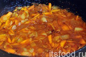 После обжарки овощей и копченостей, добавим в сковородку половину стакана воды и ложку кетчупа. Все перемешаем и прокипятим минут 5-7. Выливаем заправку в кастрюлю.