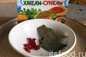 Нарежем острый перец чили, удалив слишком жгучие семена, и добавим его в рассольник вместе с лавровым листом и хмели-сунели.