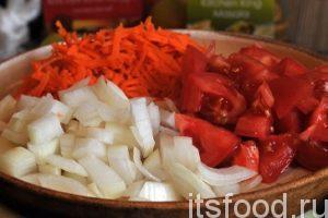 Натрем очищенную морковь соломкой и нарежем репчатый лук на четвертинки колец. Нарежем помидоры.