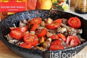 Добавляем в зирвак нарезанные помидоры, зиру, соль и барбарис. Добавляем кусочки лаврового листа и немного индийской приправы масала. Наливаем 1.5 стакана кипятка и начинаем тушить баранину с овощами на малом огне. На это уйдет не менее 40 минут.