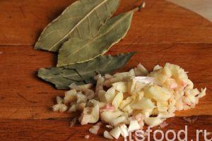 Добавляем в борщ с салом, сухую петрушку, лавровый лист и чеснок. Пробуем суп на соль и добавляем соль, если это необходимо. Чеснок варится не более 1-2 минут. Снимаем кастрюлю с огня.