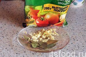 Добавляем в борщ немного овощной приправы кнорр, которая содержит соль и разные пряности, сахар и лавровый лист. Мелко нарежем весь приготовленный чеснок и добавим его за 2 минуты до окончания приготовления вкусного борща. Проверяем борщ на мясном бульоне на соль и добавляем ее, если нужно.
