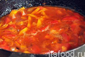 Обжаривание переходит в режим тушения. Из томатов и перцев выделяется много сока. Убавляем огонь и наливаем половину стакана кипятка. Добавляем соль и пряности. Тушим нашу подливу минут 7-8, она должна загустеть.