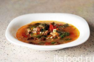 Рассольник с грибами и огурцом готов. Разливаем суп по глубоким тарелкам, добавляем укроп и подаем на стол.