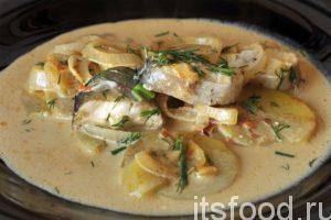 Убавляем огонь, прикрываем сковородку крышкой и переводим приготовление блюда в режим тушения. Рыба не мясо. Минтай готовится не более 10 минут. Снимаем сковородку с огня. Минтай в сметане на сковороде готов. Подаем рыбу с картофелем, луком и богатой подливой на сметане, в глубоких тарелках. Украшаем минтай в сметане нарезкой свежего зеленого укропа. Черный молотый перец будет весьма уместным к этому блюду.
