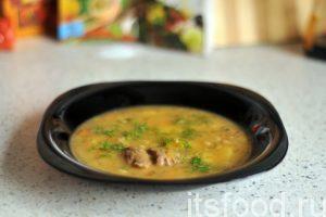 Гороховый суп с мясом готов. В каждую тарелку кладем кусочек отварного мяса и наливаем суп. Украшаем зеленью и подаем на стол.