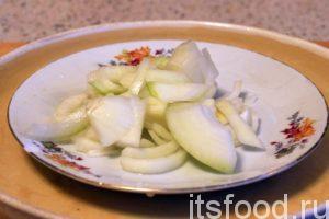 Нарежем репчатый лук и добавим его к картофелю по краям сковороды.